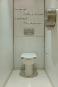 Interieurstickers badkamer of toilet met tekst Use me well and keep ...