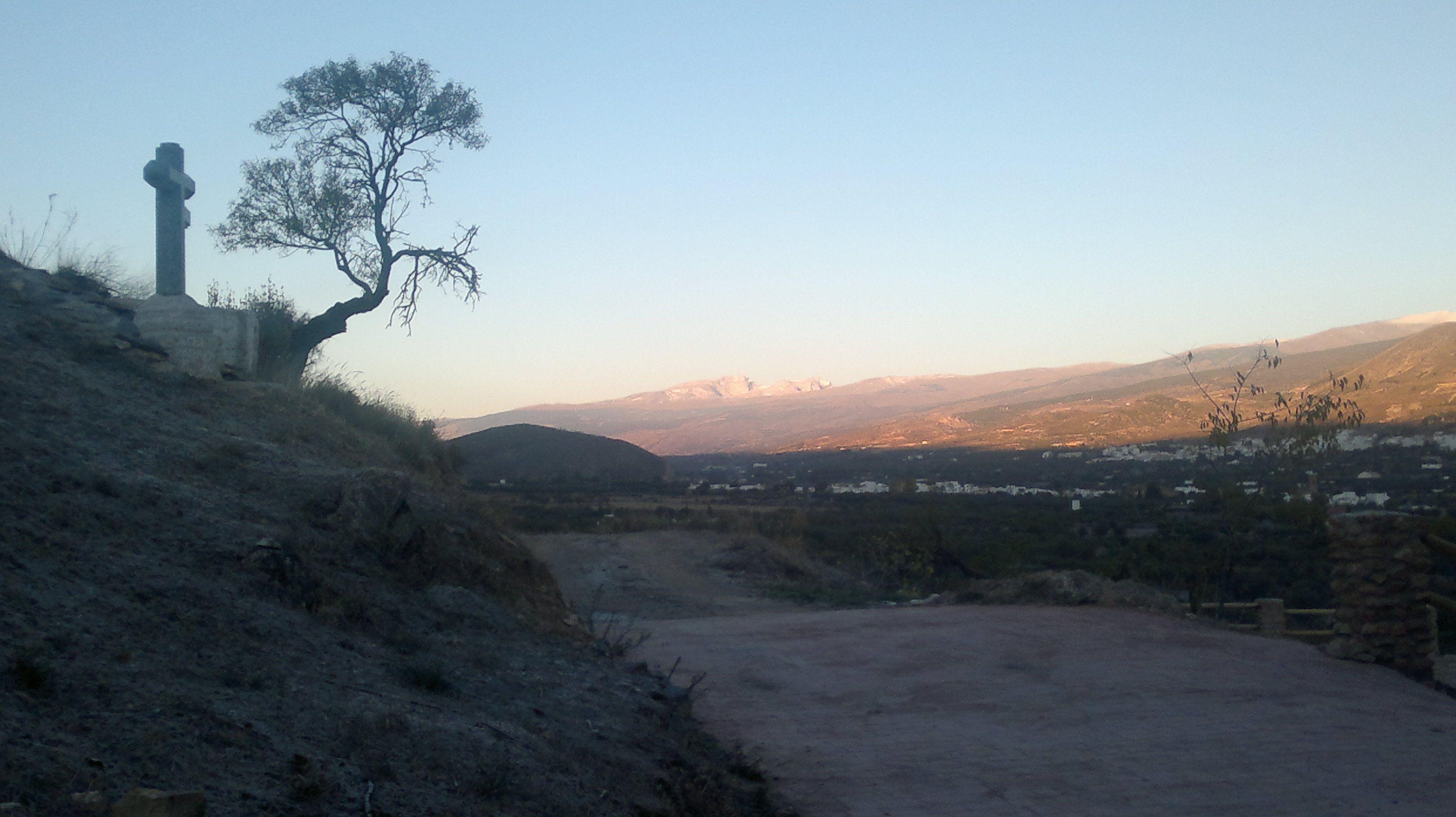 Fondón, el atardecer en el Calvario, con maravillosas vistas del Mulhacén, la Alcazaba, y el Parque Nacional de Sierra Nevada.