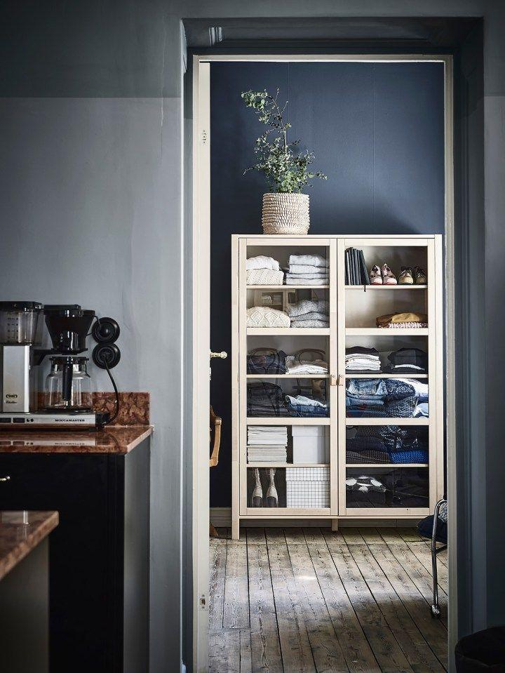 Dormitorio con paredes oscuras y madera natural Pinterest