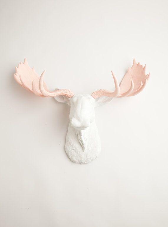 faux moose head l 39 anita white w cam e roses bois r sine moose head moose r sine blanche. Black Bedroom Furniture Sets. Home Design Ideas