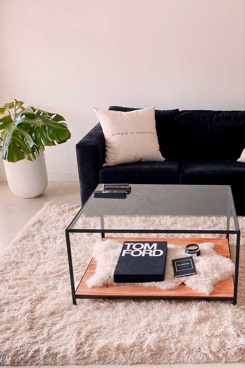 Combinar la planta , con el sofá negro y ma alfombra peluda crudo no fue facil! Pero la clave estuvo en unificar todo con unos almohadones minimalistas. #blacksofa #decoratingideas #livingroomideas