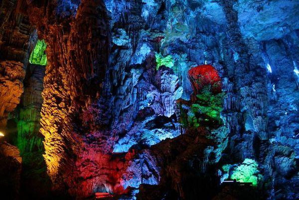 A Caverna Flauta Reed é uma das atrações turísticas localizada a 5 km do centro de Guilin, Guangxi, China, leia mais em:  http://lucimarvirtual.blogspot.com.br/2012/11/caverna-da-flauta-reed-guilin.html