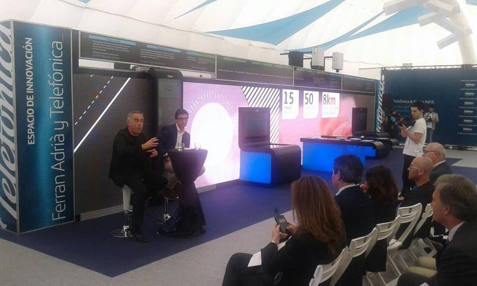 Ferrán Adrià en el espacio Innovation Space de Donosti, donde hemos instalado el stand y pantalla de leds. Soluciones audiovisuales para eventos.