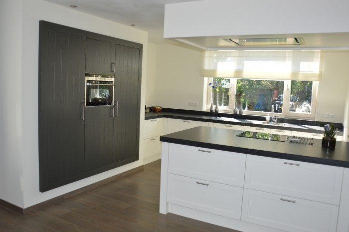 Keuken in modern landelijke stijl  Met kook schiereiland en ingebouwde kast met inbouwapparatuur