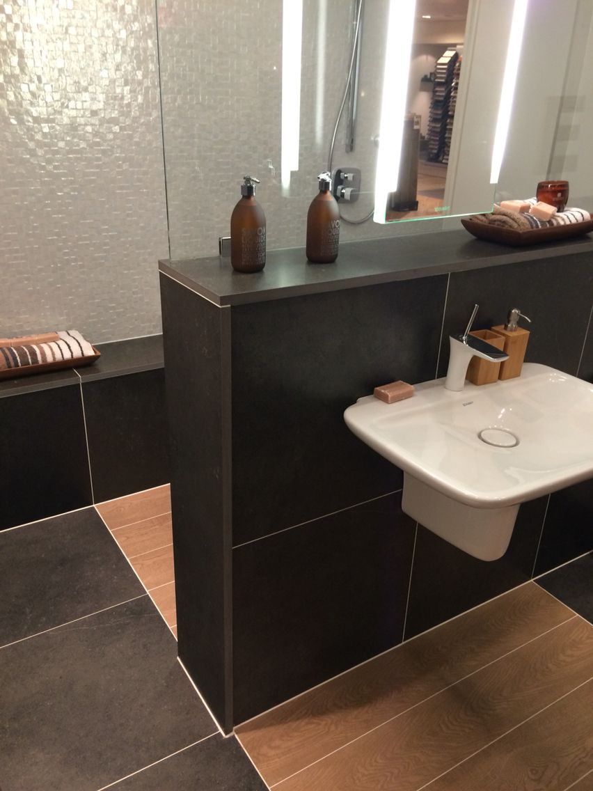 Halfhoge muur met glas in badkamer. (Foto bij Wooning in Vlaardingen ...