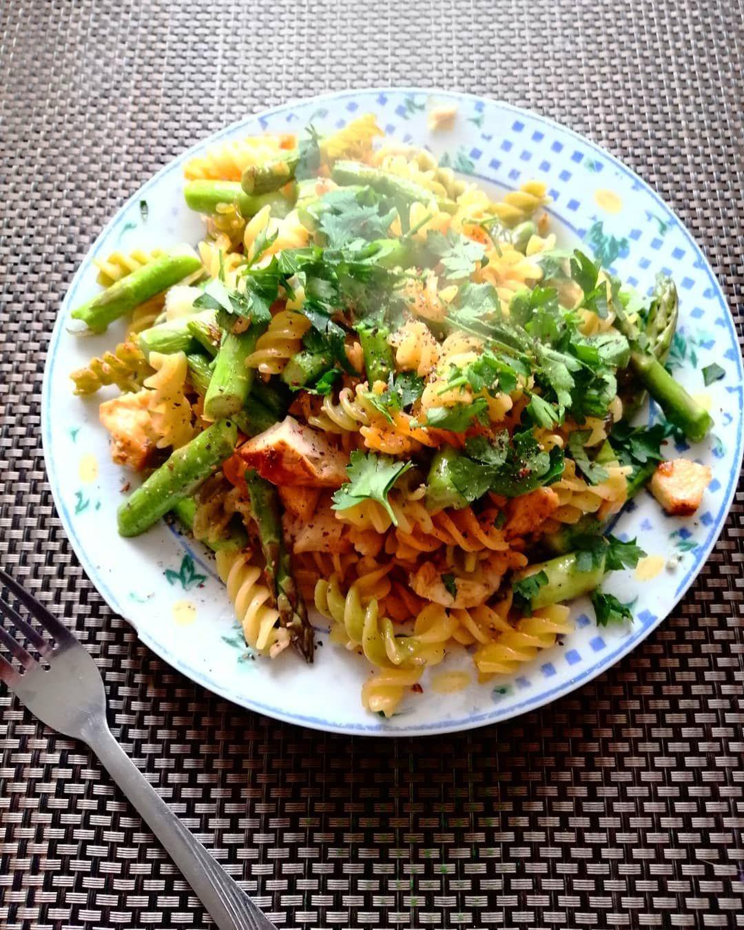 Czy ja już mówiłam, że uwielbiam szparagi? 😋😋🤤🙈...Czy ja już mówiłam, że uwielbiam szparagi? 😋😋🤤🙈  Szybki obiad w 5 minut 👌🏻😁  Wczorajszy makaron i kurczak, szparagi 😍 i gorgonzola 😋👌🏻Mniammm!  #szybkiobiad #obiad #szparagi #szparagowelove #smacznieizdrowo #zdrowewybory #zdrowadieta #pysznosci #pyszne #łatweprzepisy #uwielbiam #omnomnom #zerowaste #wykorzystujemyresztki #goodfood #food #fastdinner #fastlunch #fastandhealthy #imlovinit #delicious #yummy #tasty #easyrecipes