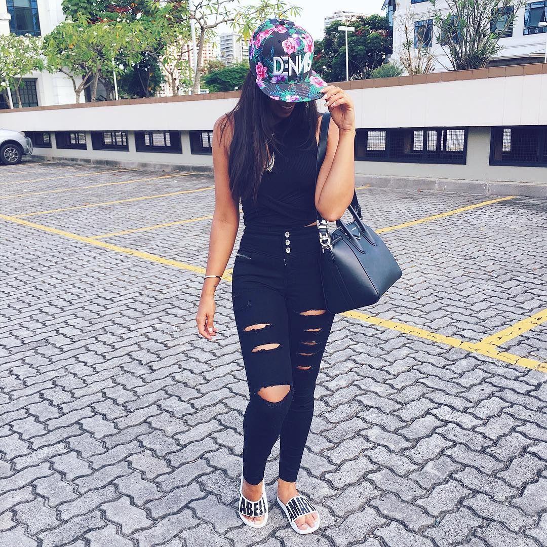 Look preto black calça jeans destroyed preta e boné floral. Bolsa Givenchy 3776b7918ec