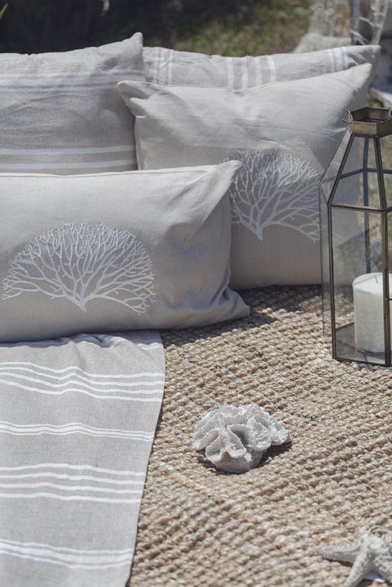 Los tejidos naturales y los detalles en textiles bordados son una
