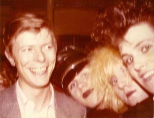 David Bowie at Blitz, London 1980 | Angela bowie, Cantores, David bowie