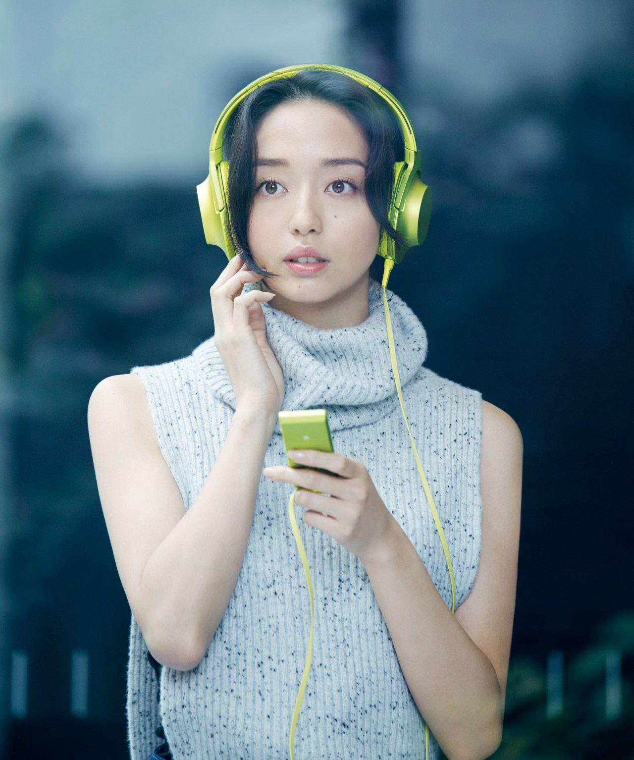 音楽を聴く松島花