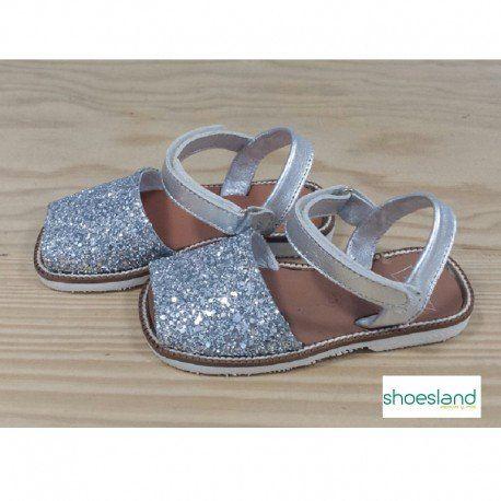 4ddbdc999c1 Sandalias menorquinas para niña de pìel plateada con glitter y cierre de  velcro hechas en España