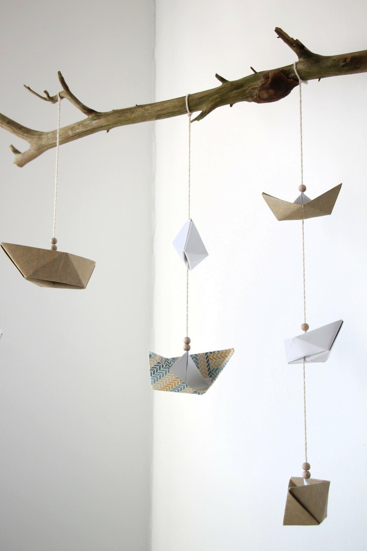 mobile basteln anleitung f r ein papierschiffchen mobile kinderzimmer einrichten pinterest. Black Bedroom Furniture Sets. Home Design Ideas