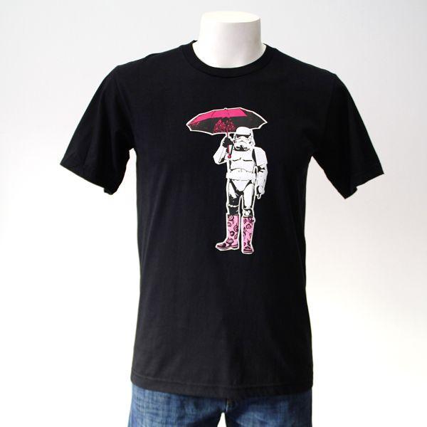 CAMISETA STORMTROOPER CON BOTAS. Gran variedad de camisetas exclusivas, de diferentes temáticas y gran calidad. 100% algodón. ¡ Encuentra la tuya !
