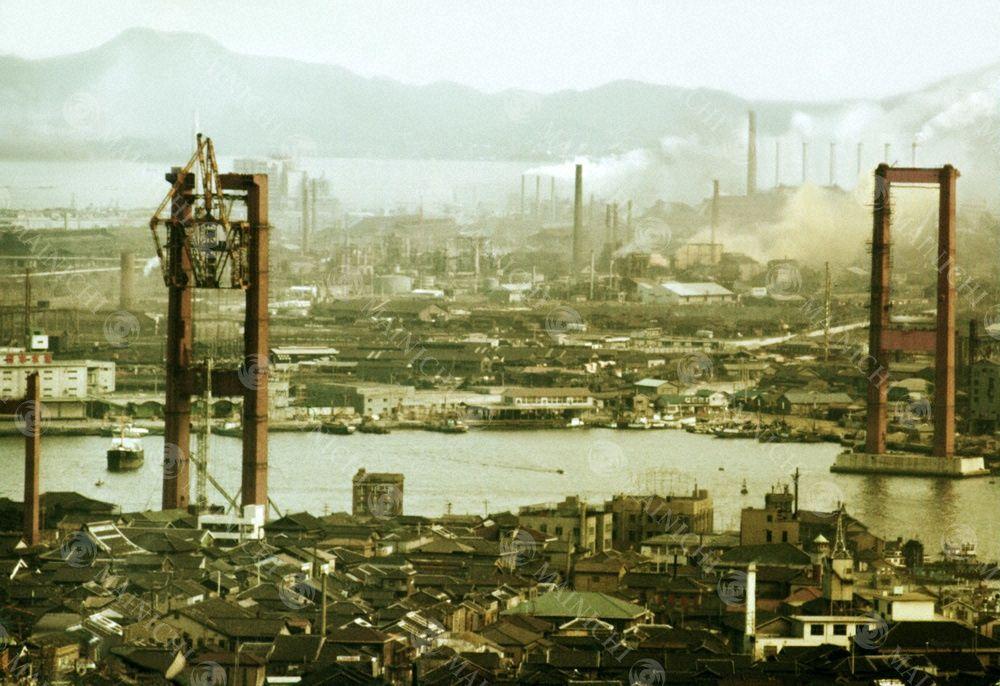 鉄と石炭の海 北九州洞海湾 戸畑市と若松市間を結ぶ若戸大橋の工事が進む 若戸大橋 北九州 橋脚