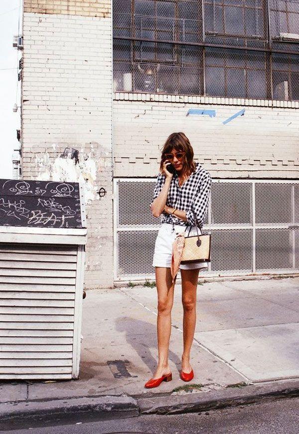 6e491636efe Alexa Chung inspira looks descolados para o calor combinando shorts + mule  de salto bloco.