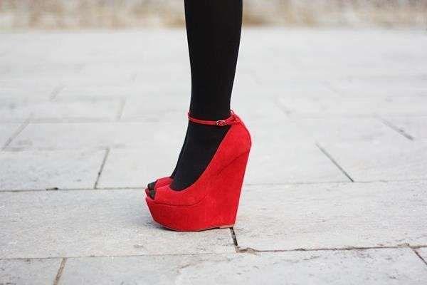 ed6341c5492b5 Come indossare le scarpe open toe in inverno - Scarpe open toe con zeppa  alta e calze coprenti