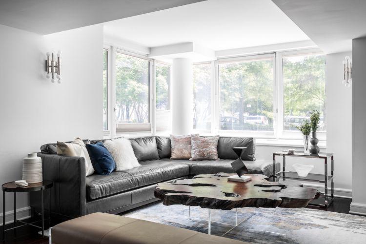 Kleines Wohnzimmer Großes Sofa Leder Holz Rustikal Tisch Leder Sitzbank