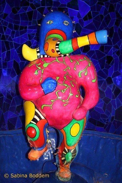 Vintage Farbenrausch und Sinneslust in der Grotte von Niki de Saint Phalle
