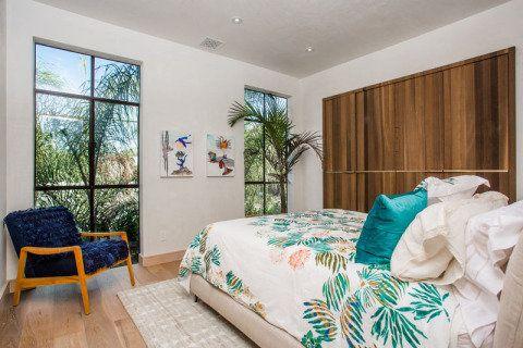 A designer Kim Gordon se inspirou em resorts e spas de luxo para criar a decoração da residência em Los Angeles
