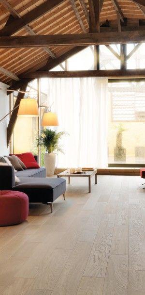 Salon contemporain baigné de lumière naturelle et réchauffé par la - parquet flottant pour cuisine