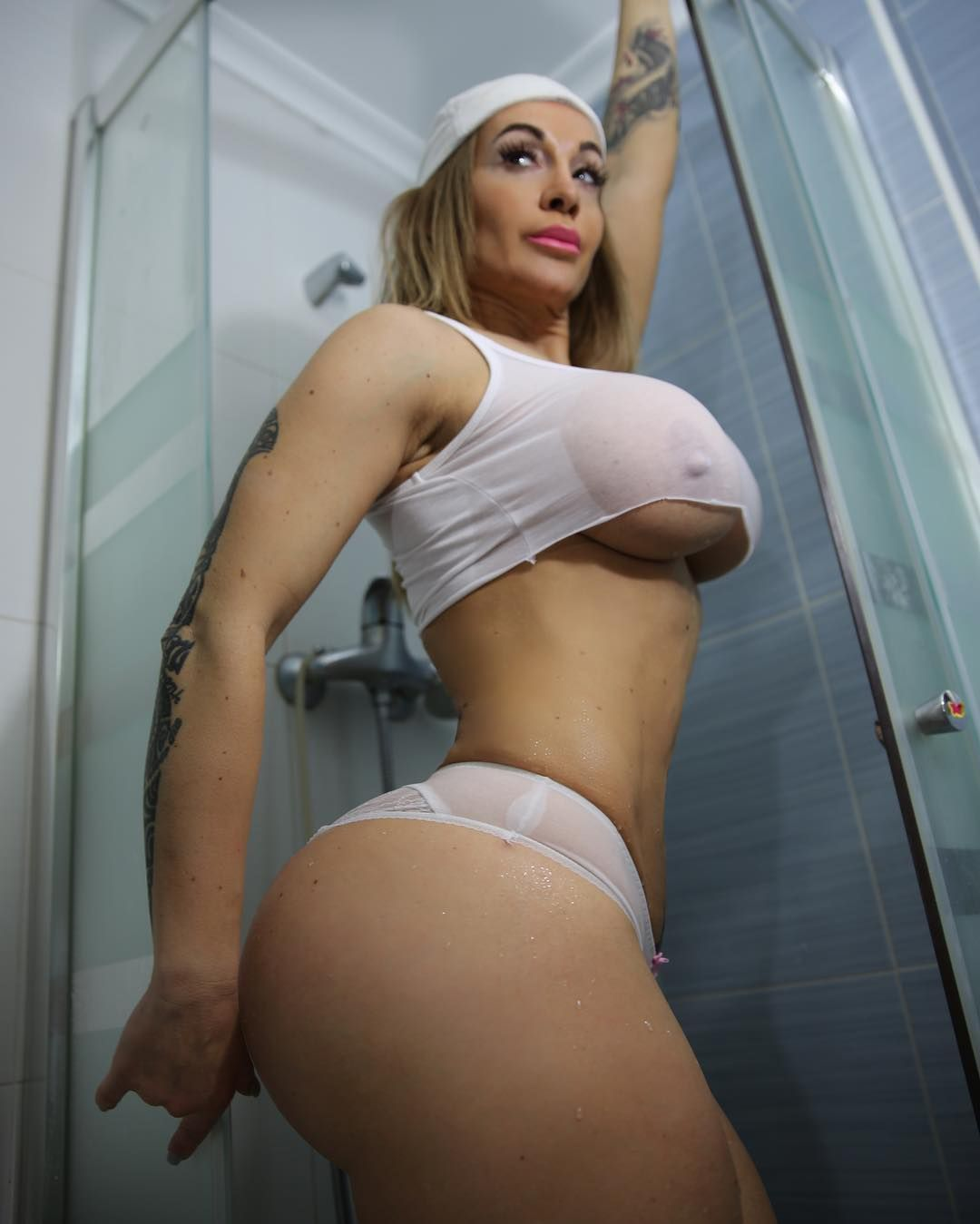 woman that are white hot and blond naked