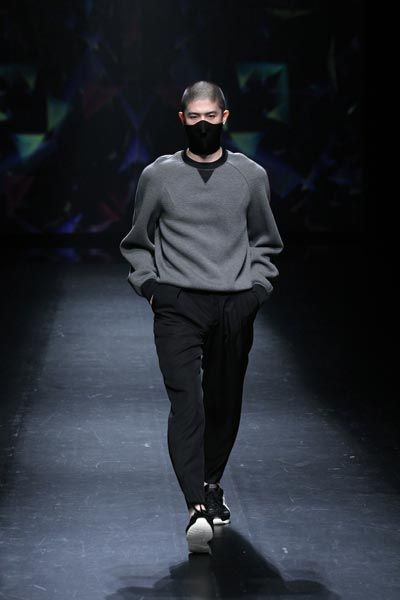 Men's wear SS2015 at MBFWT (Mercedes-Benz Fashion Week Tokyo) - fig.: The black trousers and grey sweater combination is from the collection 'Broken' by Atsushi Nakashima. The runway show of men's and women's wear was held on 15 October. Photo: (C) AFPBB News / JFWO / MBFWT.