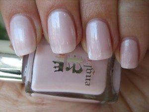 Delikátní romantická růžová s opalizující perleťovým odrazem. Lak na nehty z Anglie.