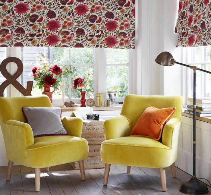 Wohnzimmereinrichtung Ideen Gelbe Sessel Raffrollos Blumenmuster Dekoideen Holzboden