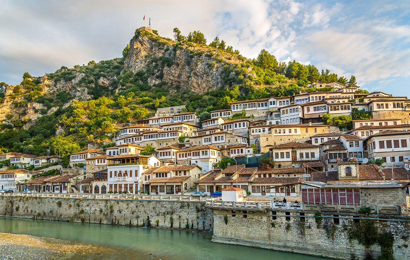 Bezoek de hoofdstad Tiranmet het Skanderbegplein en struin door de geplaveide straten met houten winkels in Kruje. Maak kennis met de karakteristieke gebouwen in museumstad Berat, welke opgenomen is op de Werelderfgoedlijst van UNESCO