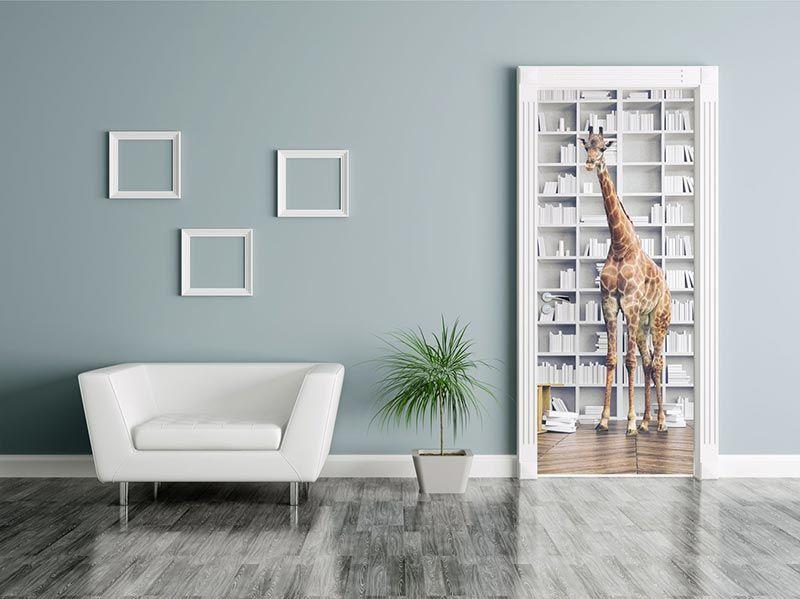 Poster de porte sans échelle une girafe devant la bibliothèque vendu par scenolia 59