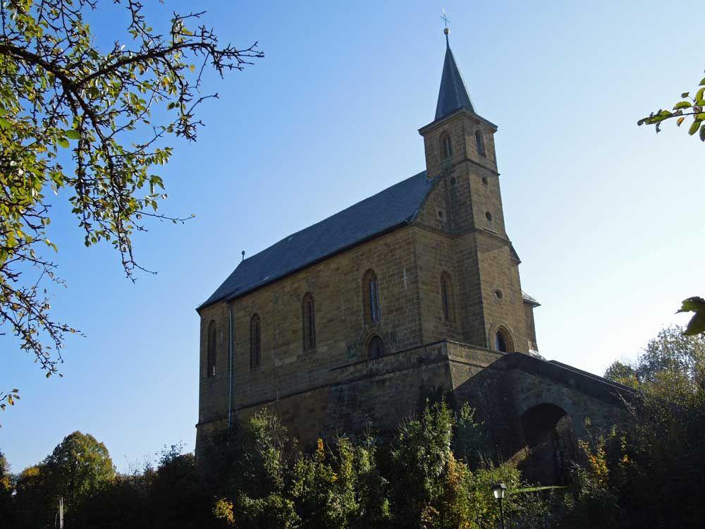 Kirche auf dem Gügel. Von der Giechburg zum Gügel gibt es eine sehr schöne Wanderung, die ihr im Kinderwagen-Wanderbuch Fränkische Schweiz findet.