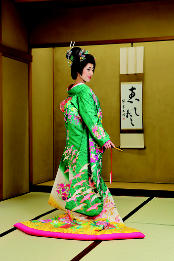 This kimono is introduced fresh green color in a style of modern-Yuzen. ©Yuzen Marusho see more; our 15th issue  http://nihon-kekkon.com/