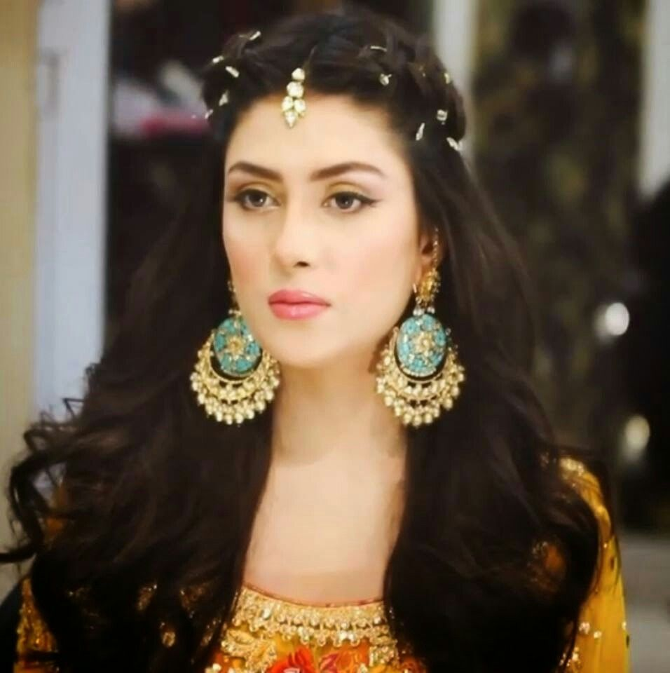 nice ear rings nd salwar suits hermake also nice nd she