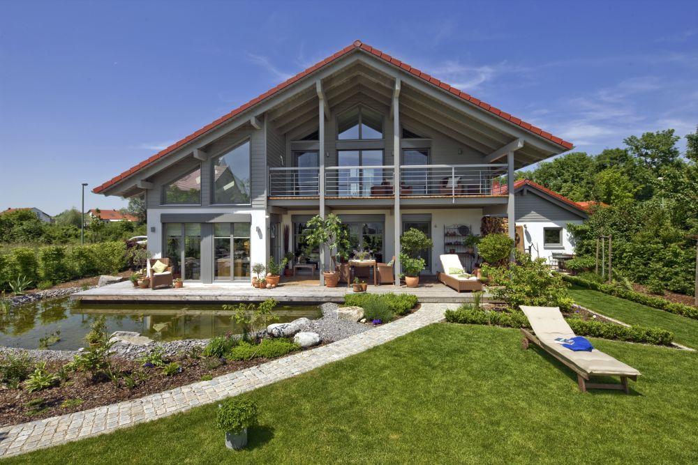 haus landshut mit einer abwechslungsreichen fassadengestaltung und gro en fensterfl chen wirkt