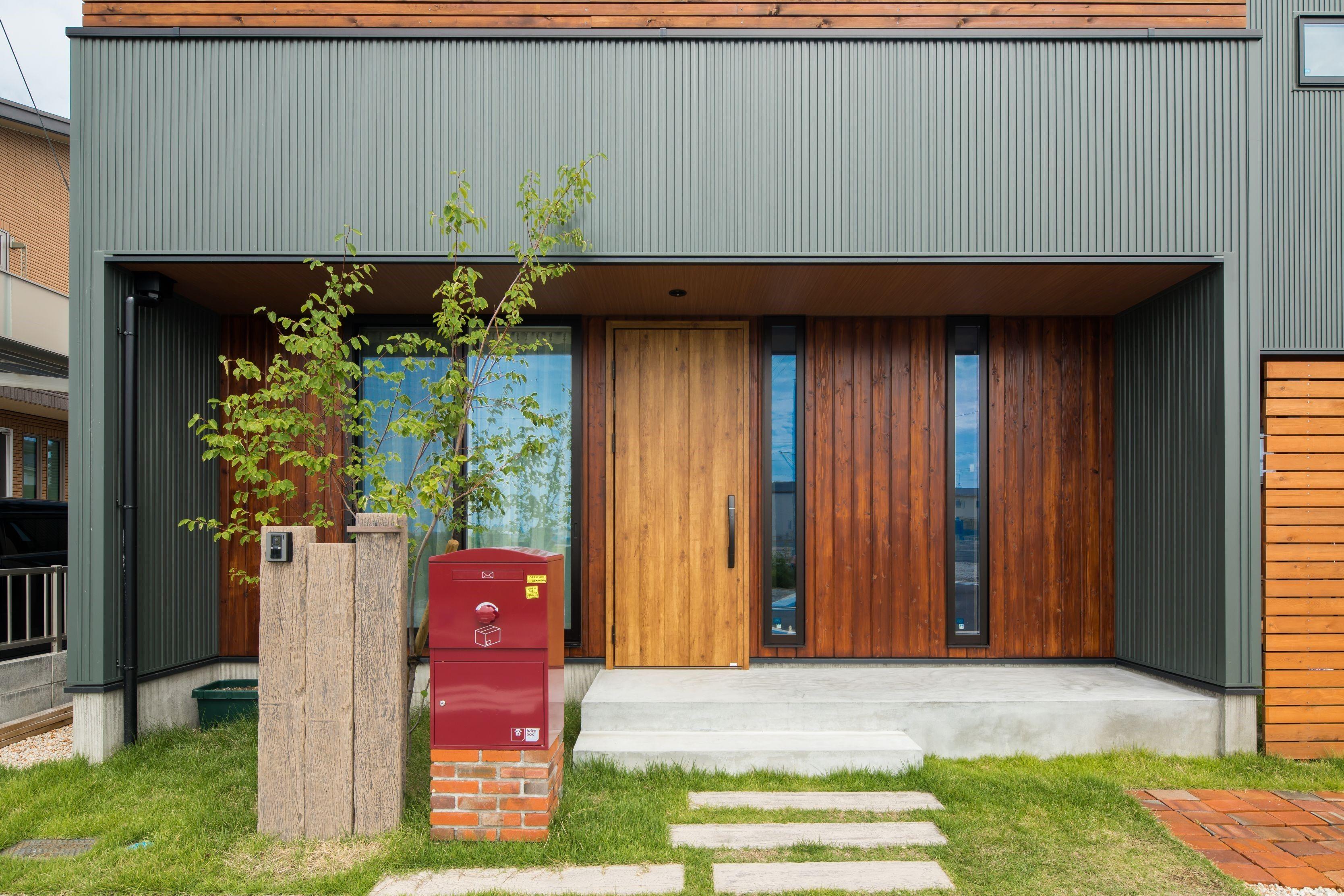 植栽とポストをバランス良く配置した玄関アプローチ ルポハウス