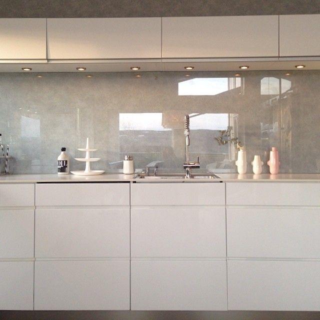 #mulpix Snilleste @frunn her er mere farger. Fortsatt  #rosa :) d strykes, ordnes og styres til i morgen!små og store gleder seg! Vil @mariabeate vise 5/5 farger? God 16 mai!  #kitchen #kjøkken #kahler #vipp #interior  #interiør  #interior123 #interior4u #interior4all #interio2you #sunlight #pink