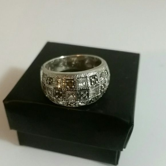 925 Sterling Silver Ring Checkered sz 8 Marked 925 on inside, crystals,or CZ inlay ed in checkered pattern.  NOT DIAMONDS. Silver weight of ring, 7.7 grams = $115 in Silver value,  size 8 $45 Jewelry Rings