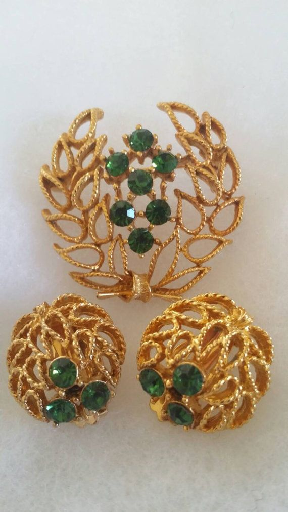 "Exquisite Vintage ""SIGNED LISNER"" with Emerald Green Rhinestones Gold Tone Metal Setting Demi Parure, Brooch"