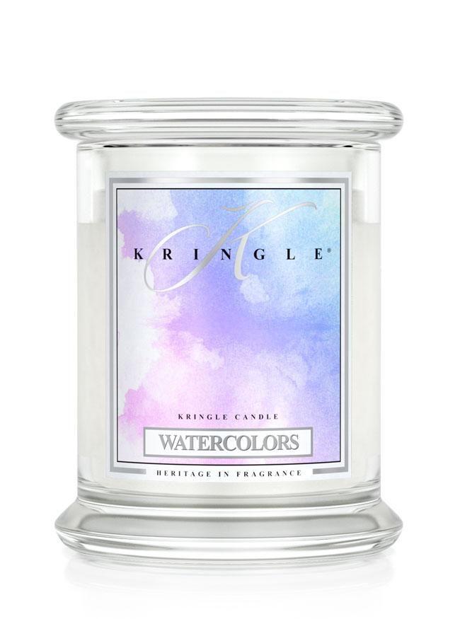 Kringle Candle Warercolors - ein aussergewöhnliches Dufterlebnis - wie ein Kasten voller verschiedener Farben. Saftig süsses Aroma von Erdbeeren und Äpfeln, herbsäuerlicher Akzent von schwarzen Johannisbeeren, herrlich blumige Nuancen von Freesien, Jasmin und Rosen, holzig herbes Sandelholz und Moschus. Der Duft ist so unfassbar spannend dass man ihn kaum in Worte fassen kann. #Kringle Candle #natura24.ch #creativa #Duftkerzen