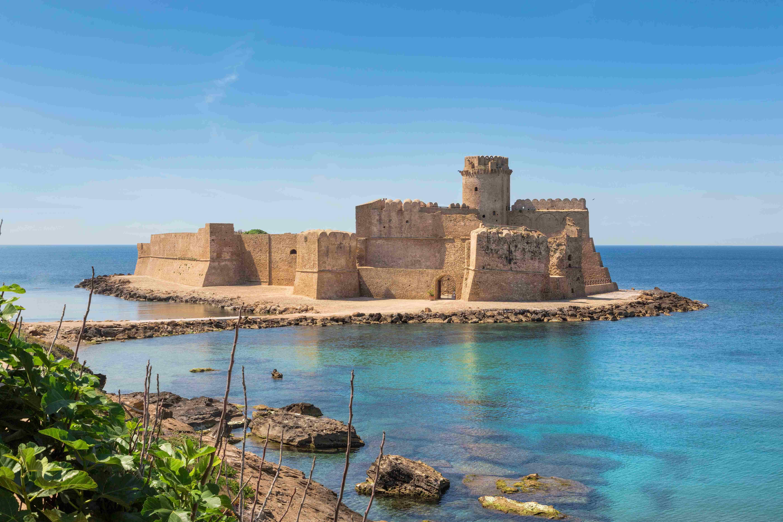 Província de Crotone, na Itália, encanta por mar de azul