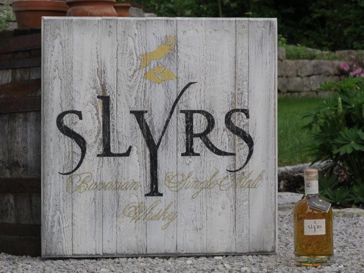 Slyrs Whiskyschild aus Künstlerhand  Handgefertigte Whisky Schilder exklusiv von alleswhisky.de  Ein Schmuckstück für jeden Whisk(e)y-Fan oder Liebhaber hochwertiger Wohn-Accessoires.  Jedes Holzschild ist ein hochwertiges, exklusives Unikat.