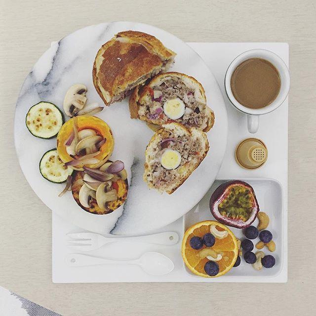 . goooooooood moooooooorning saturday :-3))) . #goodmorning #morning #breakfast #yummy #goodfood #instafood #onthetable  #homemade #foodie #foodstagram #igfood #foodphotography #foodphoto #yum #2eat2gether #S_S_iloveBreakfast #朝食 #早餐 #goodmorning #早安 #おはようございます #蕃茄牛肉起士擠法胖 #stuffedfrenchbread #填滿麵包