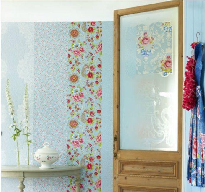 Gebruik verschillende stroken behang voor een speciaal effect. www.decohomebos.nl
