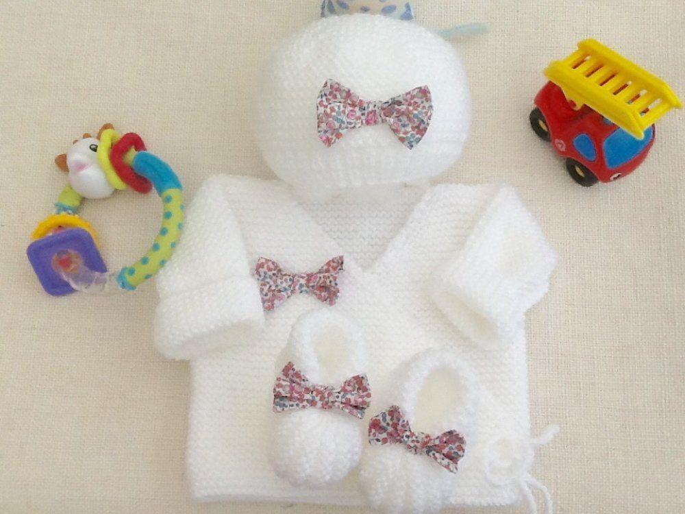 5426cc523fd3b Ensemble bébé brassière bonnet chaussons