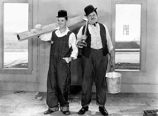 Als Bauarbeiter nehmen sich Laurel (Stan Laurel, li.) und Hardy (Oliver Hardy, re.) so Einiges vor: Sie sollen ein Fertighaus zusammenbauen. Bild: Sender / George Stevens / TaurusMedia