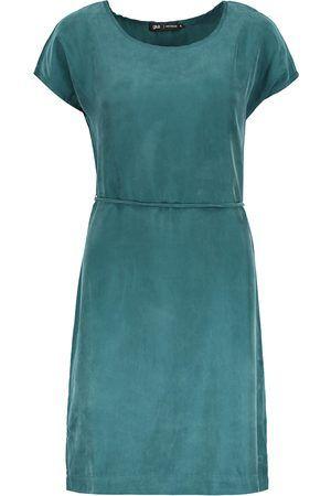 Classic Bay Dress is een turquoise jurkje van Gsus. De jurk heeft een ronde hals, korte mouwen en een koordje om de taille. De jurk valt tot op de knie en is gemaakt van 60% cupro en 40% viscose.