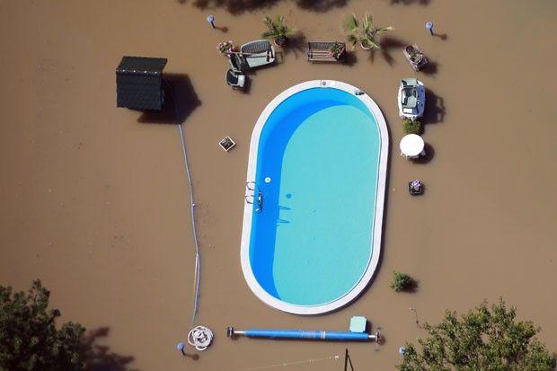 Piscina intacta em meio a enchente do rio Elba, perto de Magdeburg, na Alemanha.
