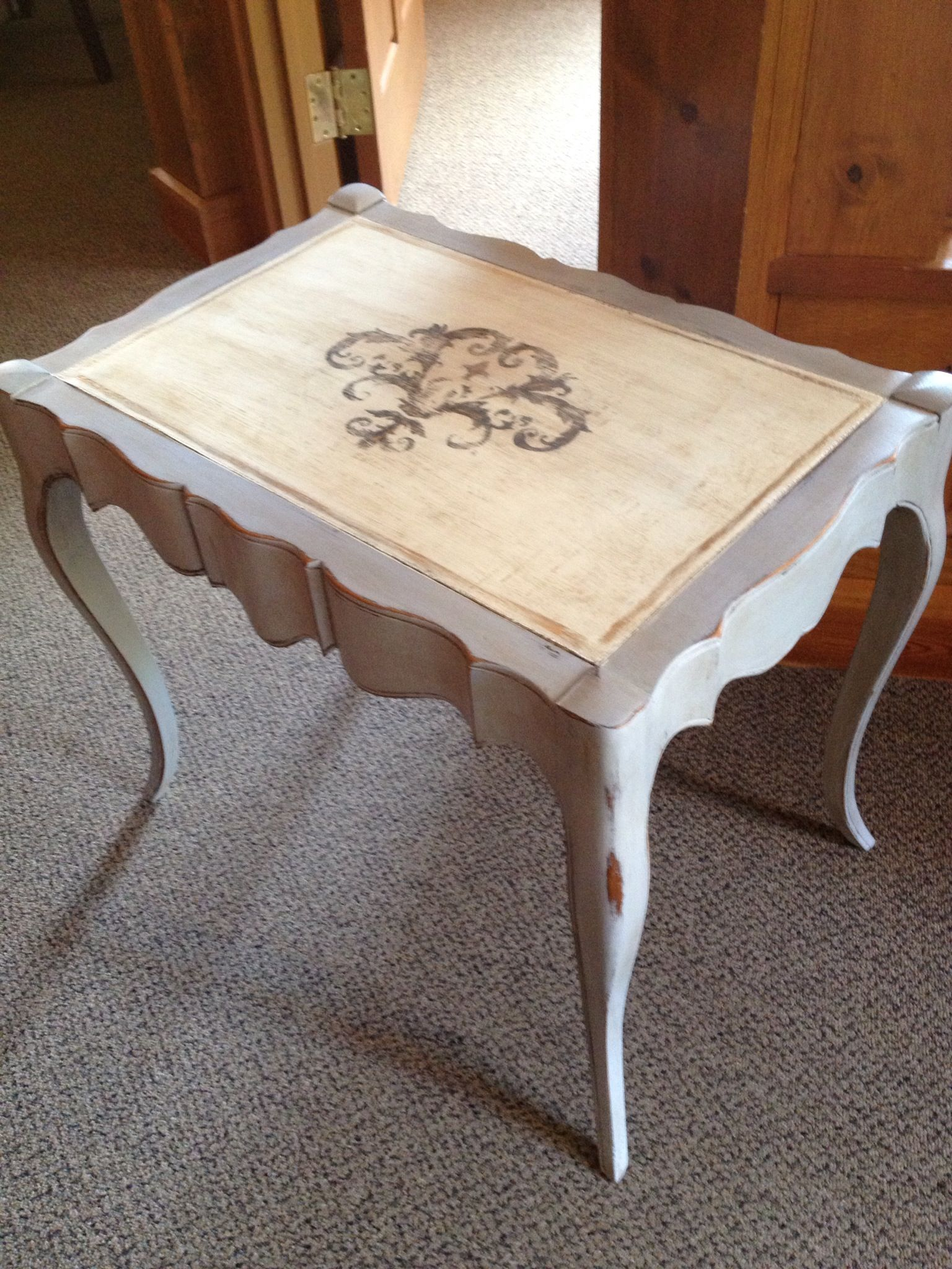Beautiful Lines on the table.  Painted with Annie Sloan Paris Grey and the old leather top with Old White.  The stencil in Graphite