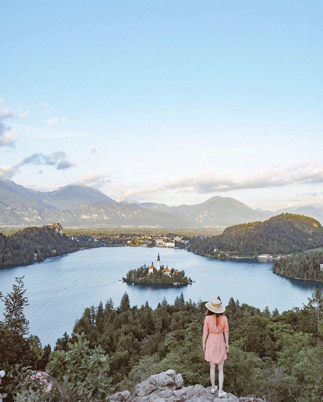 山頂から見渡す湖の絶景 triproud 風景 森の写真 湖