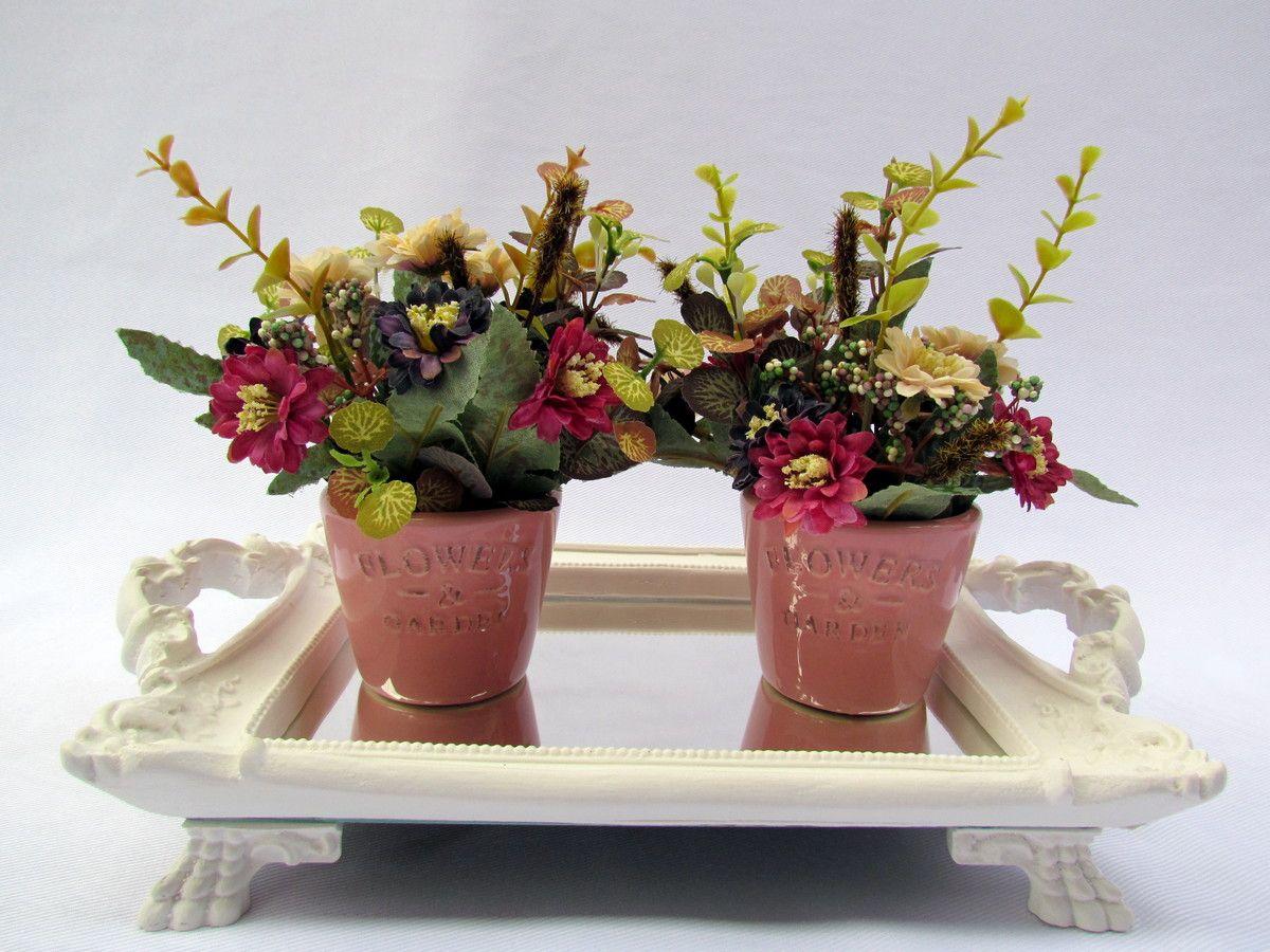 Vasos de porcelana com flores artificiais, acompanha bandeja em resina com espelho branca, medida 20x25.